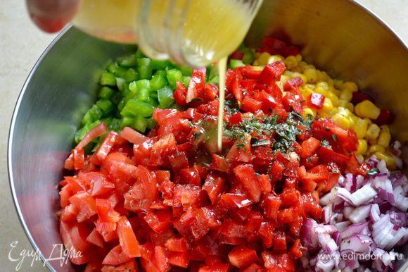Заправить салат полученным соусом-заправкой, как следует перемешать, накрыть крышкой (или пленкой) и убрать в холодильник на 1 час.