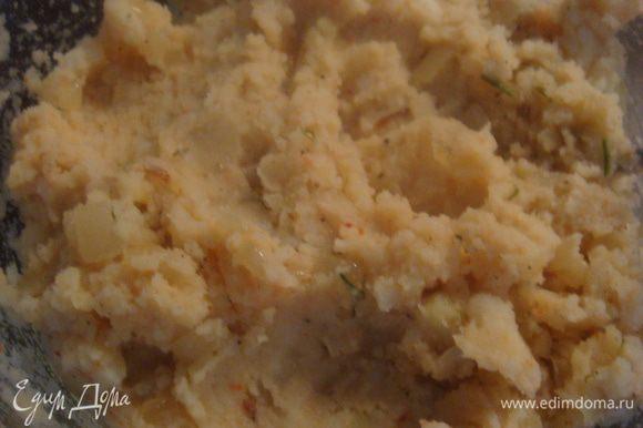 Картофель отвариваем, делаем пюре. Лук прожарим на растительном масле, добавим в картофельное пюре. Чеснок пропустим через чеснокодавилку (пюре делаем на свой вкус, я добавляла паприку).