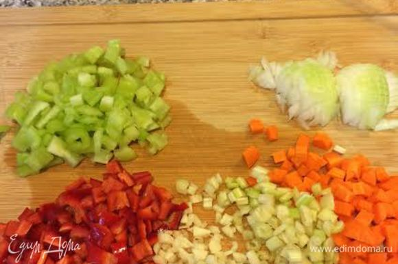 Овощи порезать кубиками.