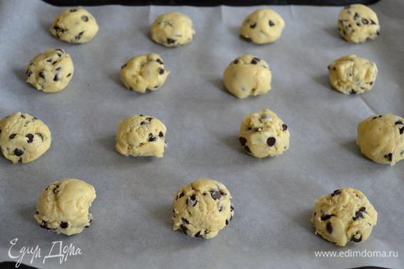 Выпекать в разогретой духовке 10-12 минут. Не передержите! Иначе печенье получится суховатым.