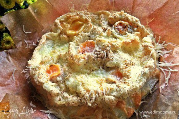 Посыпать остальной частью сыра и сразу подавать. В дачном варианте можно прямо на пергаменте положить на блюдо.