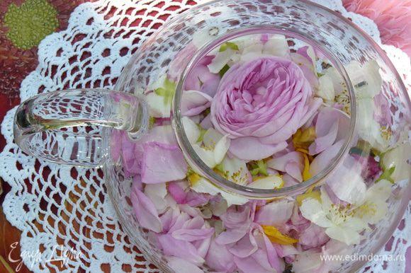 Сложить чай, лепестки, цветки и бутоны в заварочный чайник.