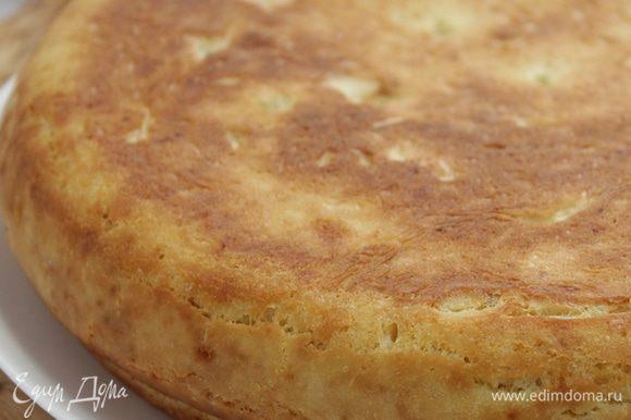 Когда нижняя корочка зарумянится, верхнюю сковороду на минуту снимаем,, смазываем маслом и снова накрываем. Берем прихватками обе сковороды вместе и переворачиваем. Запекаем столько же времени другую сторону пирога, также накрыв сковородой.