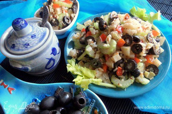 Попробуйте приготовить также салат из похожих ингредиентов от Виктории S: http://www.edimdoma.ru/retsepty/80084-salat-iz-tsvetnoy-kapusty-s-maslinami Понравится тем, кто любит овощи!