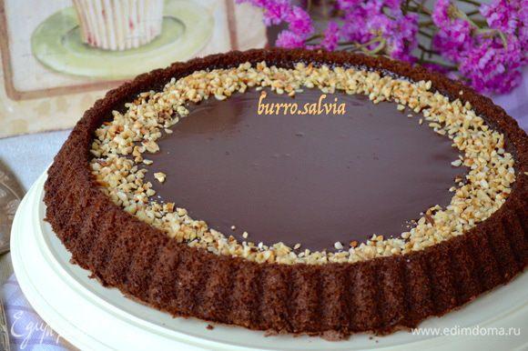 Достать торт из холодильника минут за 20 до подачи на стол. Но это дело вкуса. Можно дать постоять торту и более 20 минут. Перед подачей украсить торт по краю крошкой из орехов (предварительно слегка поджарить в духовке) или свежими ягодами. Тоже замечательно получается!
