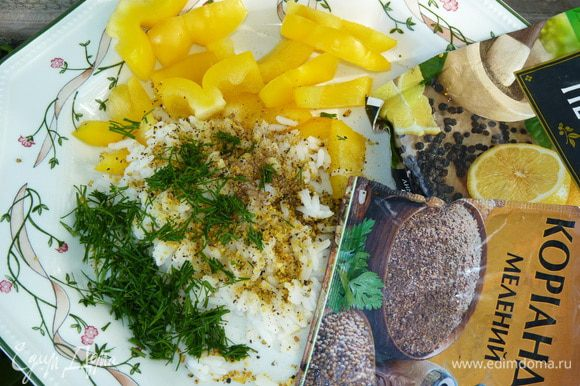 Крупно нарезать болгарский перец, веточку укропа измельчить. Посолить по вкусу. Добавить лимонный перец.