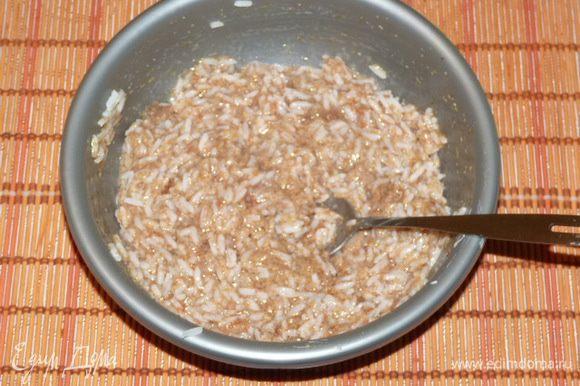 Соединить вторую половину риса с икрой.