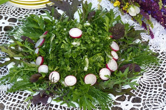 Украсить блюдо листьями зелени, подавать сразу после приготовления. Украсить по вкусу. Готово!