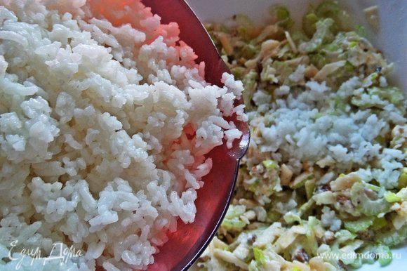 Всыпаем 80 г готового остывшего риса.