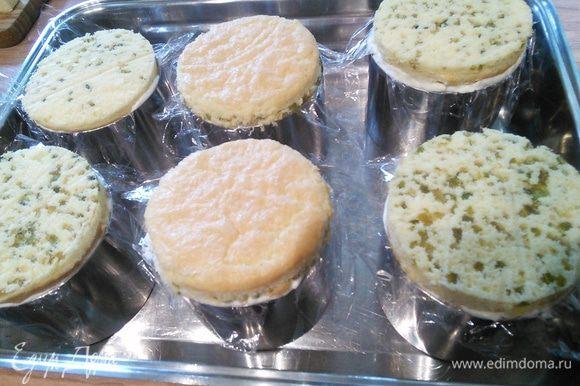 Накрываем пирожные сверху слоем бисквита с фисташками и ставим поднос с пирожными в холодильник. Минимум на 2 часа.