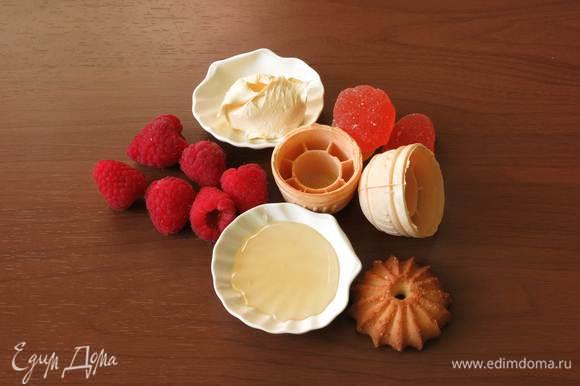 Малина (или другие сезонные ягоды), тарталетки, печенье, сливки, мед, мармелад (желейные конфеты).