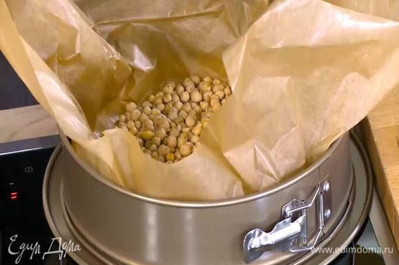 Выпекать корж в разогретой духовке 15‒20 минут.