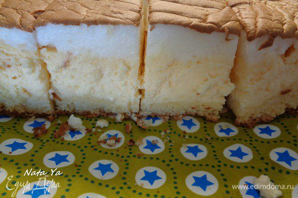 Разрезать пирог на порционные кусочки и подавать. Идеально к вечернему чаепитию на свежем воздухе.