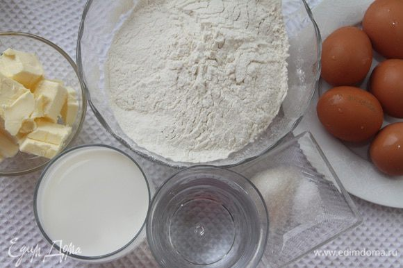 Для заварного теста понадобится: 245 г муки в/с, 180 г молока, 180 г воды, 120 г сливочного масла, 2 ч.л. сахара, 0,5 ч.л. соли, 5 яиц. Из данного количества теста получается примерно 85 профитролей размером чуть больше грецкого ореха. Для торта понадобится 14-18 шт. Из остальных можно приготовить другие десерты, или сократите количество ингредиентов для профитролей.