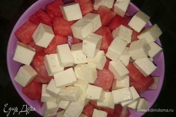 Брынзу порезать кубиками и добавить к арбузу.