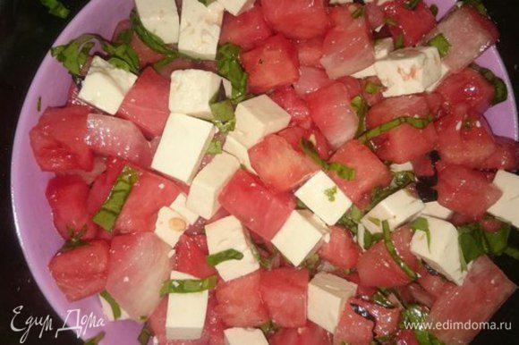 Базилик и щавель порубить и отправить в салат. Сбрызнуть лимонным соком и оливковым маслом. Добавить немного свежемолотого черного перца по вкусу.