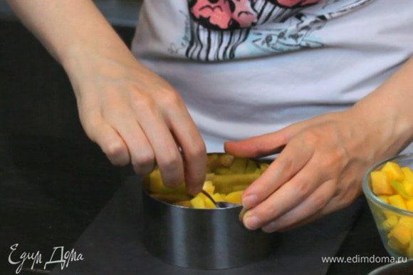 Нарезать все ингредиенты кроме лимона кубиком. Выложить сперва слой манго.