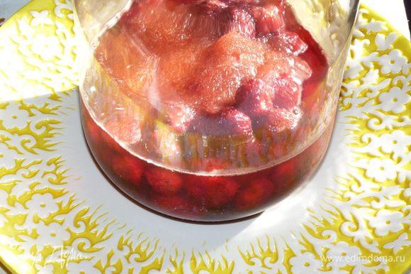 Ягоды промыть. Банку 3 л простерилизовать. Засыпать ягоды, добавить сахар и перец горошком. Поставить в прохладное место, пускай ягоды пустят сок.