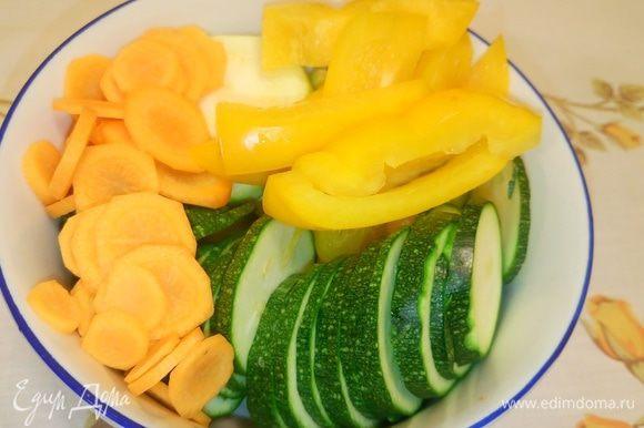 Овощи солим. Измельчаем зелень.