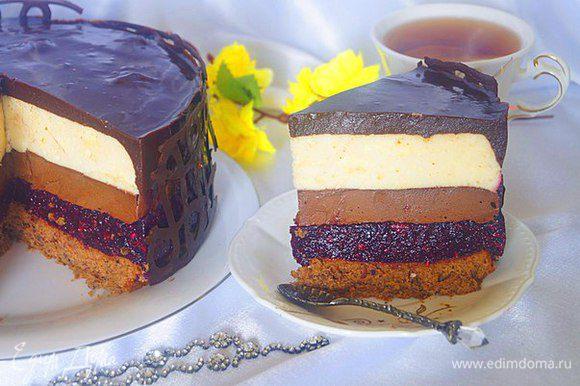 Залить верх торта глазурью и убрать в холодильник до полного ее застывания. Декорировать бока можно шоколадными лентами или же той же глазурью что и верх торта. До подачи торт держать в холодильнике. Приятного чаепития и отличного праздника!!!