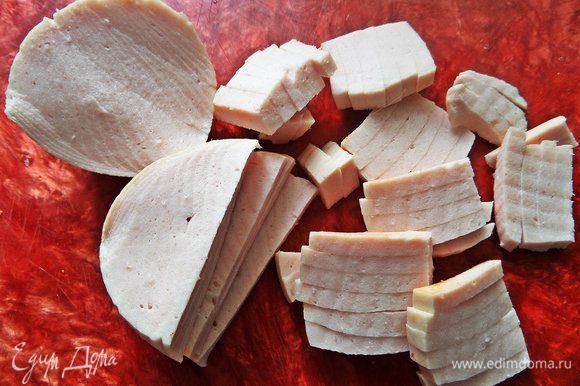 Докторскую колбасу нарезать на кружочки.