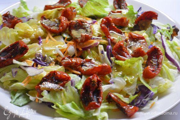 На широкую тарелку выложить салатный микс, вяленые томаты. Смешать заправку: растительное масло, горчица, сок половины лимона, соль и свежемолотый перец. Полить заправкой салатные листья и перемешать.
