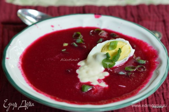 Разбавить суп ледяной водой. Яйца очистить, нарезать на половинки. Подаем с хреном на сливках или со сметаной. Посыпать зеленью и зеленым луком. Приятного аппетита!