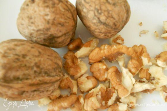 К размолотым семенам льна добавить очищенные грецкие орехи. Измельчить орехи вместе с семенами льна. На фото показала, какие грецкие орехи, когда целые. Так что вначале чистим, а затем добавляем в измельчитель.