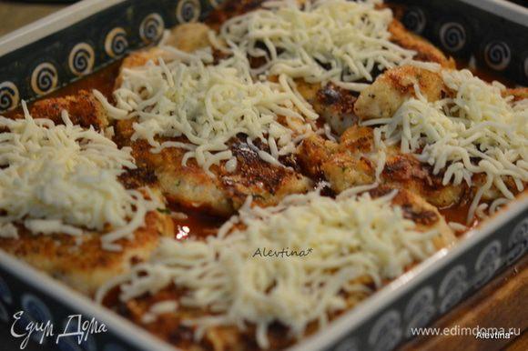 Сверху томатного соуса — обжаренные грудки, протертый сыр моцарелла. Поставить в горячую духовку на 200°С или режим бройл. На несколько минут или как сыр расплавится.