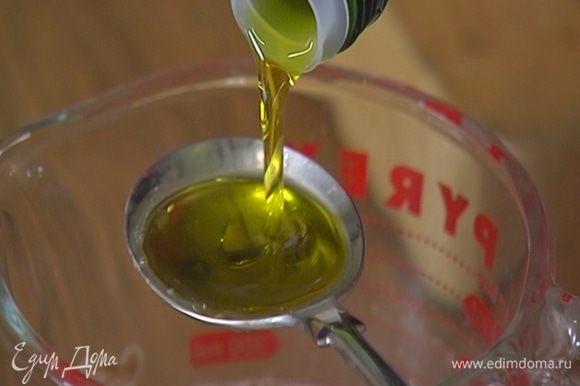 Добавить растительное и кунжутное масло, влить рисовый уксус и все перемешать.