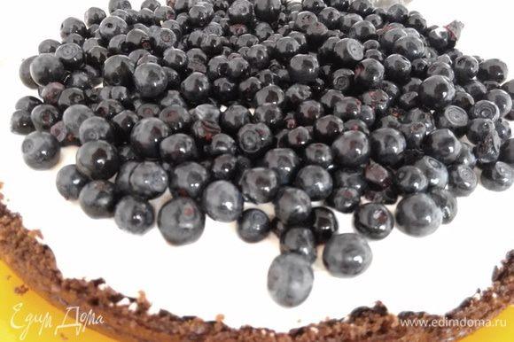 Нижний корж смазать частью крема, приблизительно 3 стол. ложки с большой горкой. Всыпать чернику в количестве 1 — 1,5 стакана, в зависимости от диаметра бисквита.