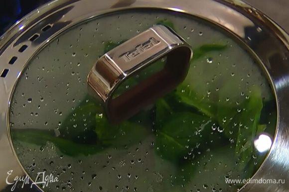 В тяжелой кастрюле разогреть оливковое масло и обжарить чеснок до золотистого цвета. Добавить к чесноку отваренный шпинат, все перемешать, влить растительное масло.