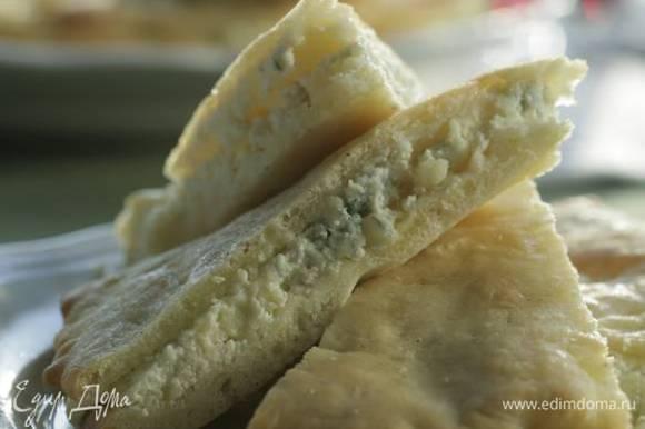 Готовую фокаччу разрезать вдоль пополам, на нижнюю часть равномерно выложить половину начинки, накрыть верхней частью, смазать сверху оливковым маслом, посыпать солью и перцем и выпекать еще 5 минут. Из оставшегося теста и начинки сделать вторую фокаччу.