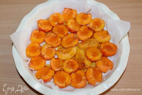 Выливаем сироп прямо на абрикосы.