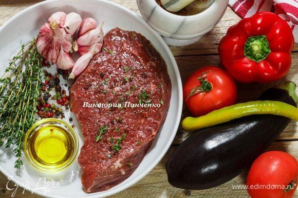 Говяжий стэйк (толщина 1-1,5 см) слегка отбить. Натереть смесью перца и соли, сбрызнуть оливковым маслом, посыпать свежим тимьяном и оставить на 15-20 минут.