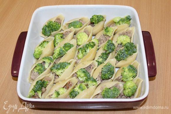 Заполните ракушки фаршем (предварительно слегка обжаренным) и свежей брокколи, разобранной на мелкие соцветия.