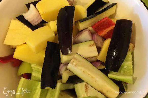 Сложить в миску овощи, посолить и перемешать.