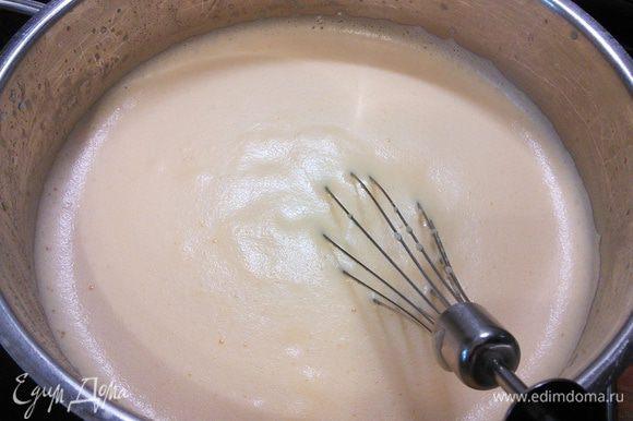 Тоненькой струйкой вводим яичную смесь в молоко, постоянно помешивая. Получается пенная, густая смесь. Нагревая и помешивая, доводим смесь до легкого загустения и снимаем с огня.