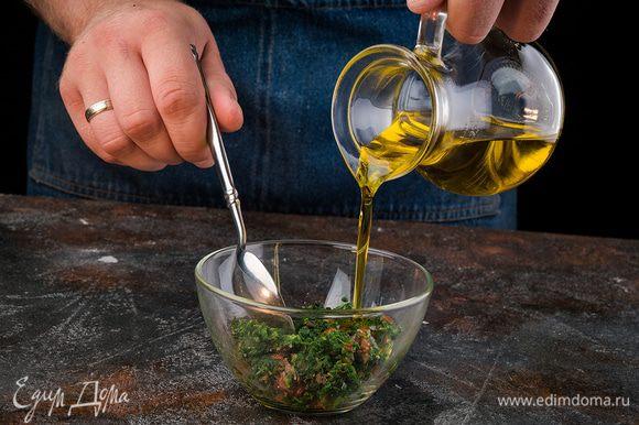 Для заправки заранее разморозить кубик шпината. Влить масло, добавить томаты, соль, перец.