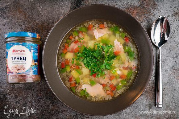 Перед подачей посыпьте суп зеленью.