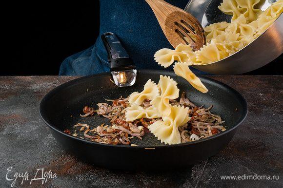 Пасту откинуть на дуршлаг и соединить с тунцом и томатами, посыпать петрушкой и сыром.