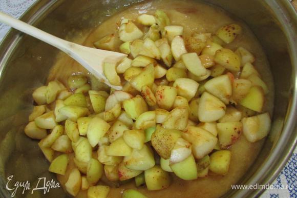 В чашу для варенья положить — пюре и кусочки абрикосов. Влить лимонный сок.