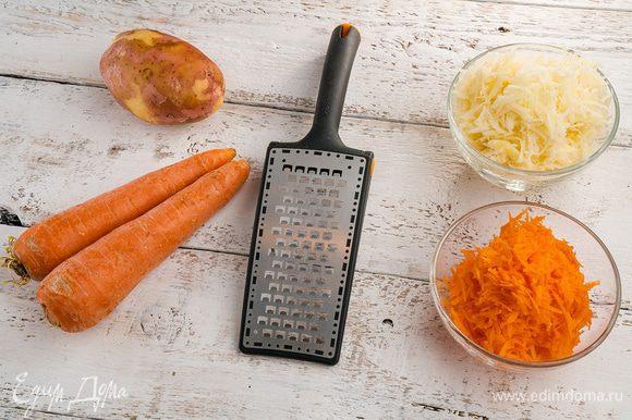 Морковь очистить, натереть на мелкой терке. Картофель очистить, натереть на крупной терке и хорошо отжать. Оставшемуся картофельному соку дать отстояться 10 минут. Чеснок очистить и пропустить через пресс.