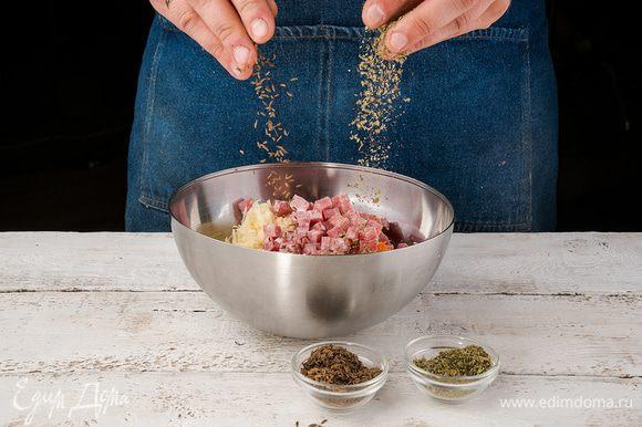 Добавить майоран, тмин, чеснок, морковь и колбасу. Посолить и поперчить.