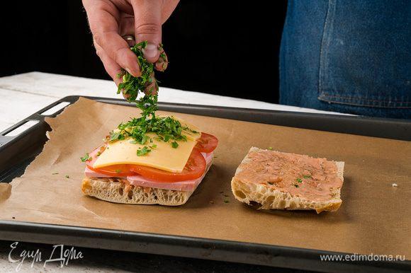 Ставим в духовку до расплавления сыра, затем готовые посыпаем зеленью.