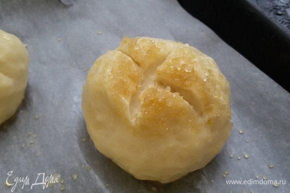 Сформировать круглую булочку, обмакнуть в тростниковый сахар и разрезать крест-накрест.