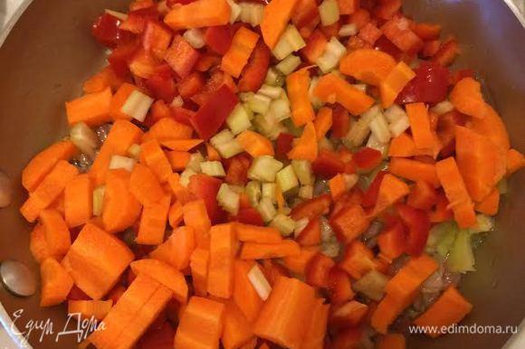 Оставшиеся овощи нарезать кубиками, слегка потушить на растительном масле.