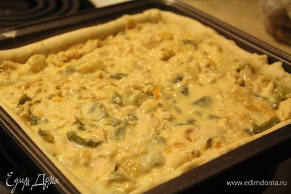 Вытащить корж из духовки, освободить его от фасоли и бумаги. В начинку вмешать натертый твердый сыр, быстренько размешать и выложить ее в корж. Отправить в духовку на 30 минут.