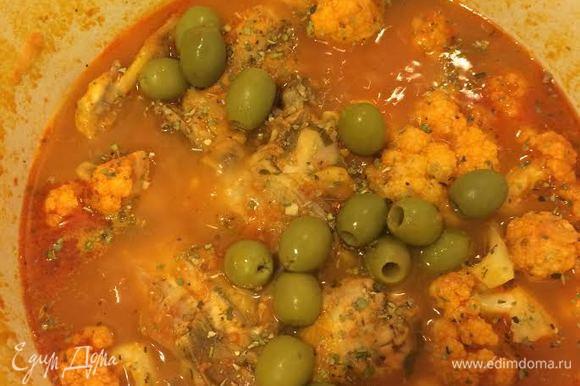 Добавить оливки, соль, перец, аккуратно перемешать и снять с огня.
