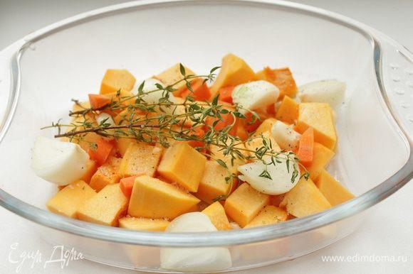 Тыкву вымыть, разрезать пополам, удалить семена и очистить от внешней грубой кожицы. Нарезать ломтиками, уложить в форму, посыпать солью, перцем и сбрызнуть оливковым маслом, добавить тимьян.Поставить форму в духовку, разогретую до 180°C, и запекать тыкву около 10 — 15 минут до полуготовности.